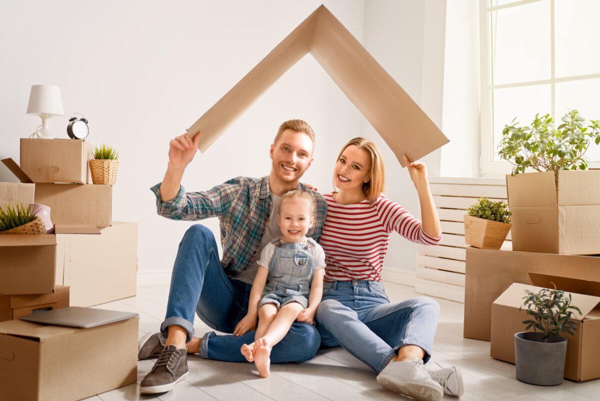 une famille est dans une nouvelle maison